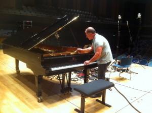Accordage de piano avant enregistrement à la Cité de la Musique à Paris