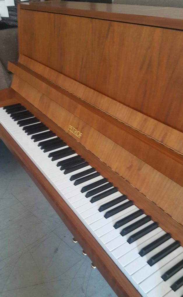 Piano droit PETROF en noyer satiné